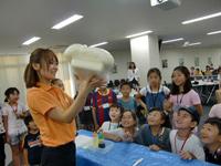 クアフォームが膨らむ実験に 子供達もびっくり!